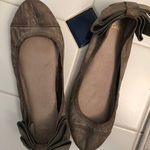 Gap beige leather flats with bows Size 8